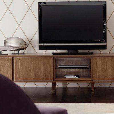 Коричневая тумбочка с телевизором