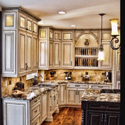 Угловая кухня в деревенском стиле