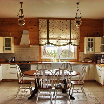 Римские шторы для кухни в стиле кантри
