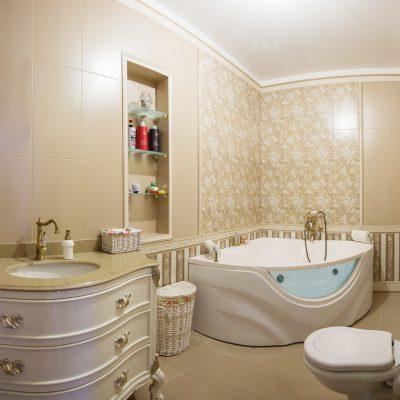 Ванная комната с большой угловой ванной