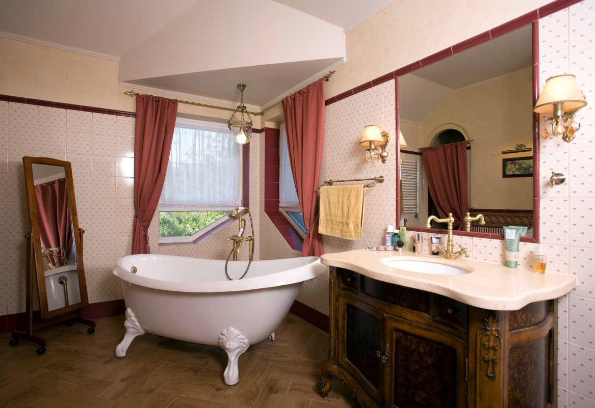 Ванная в классическом стиле с окном