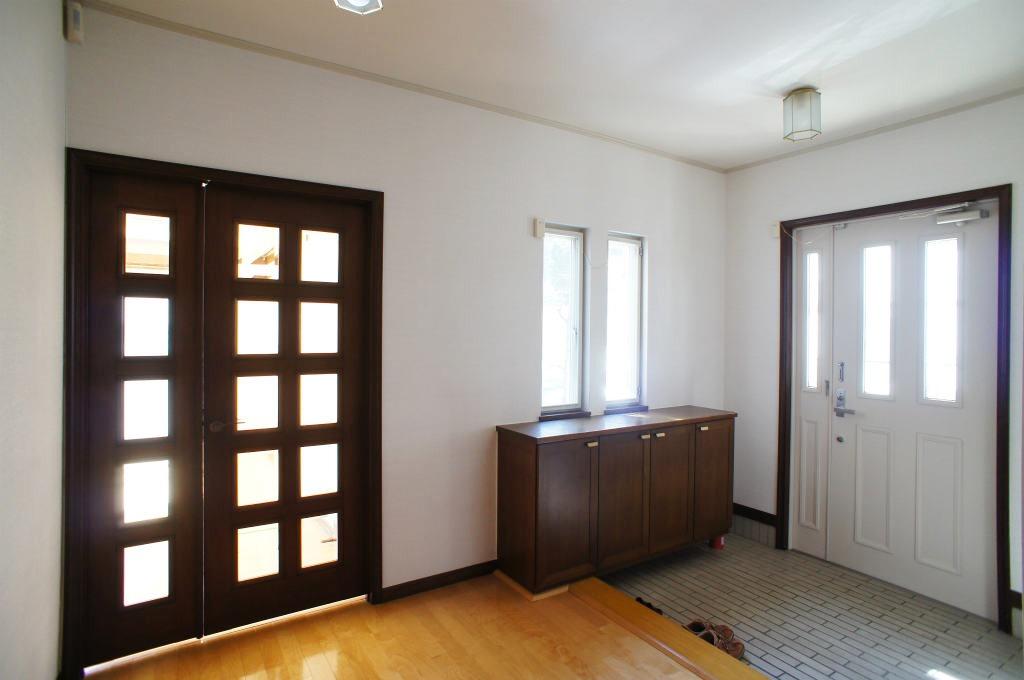 Коридор с большими дверями на фото