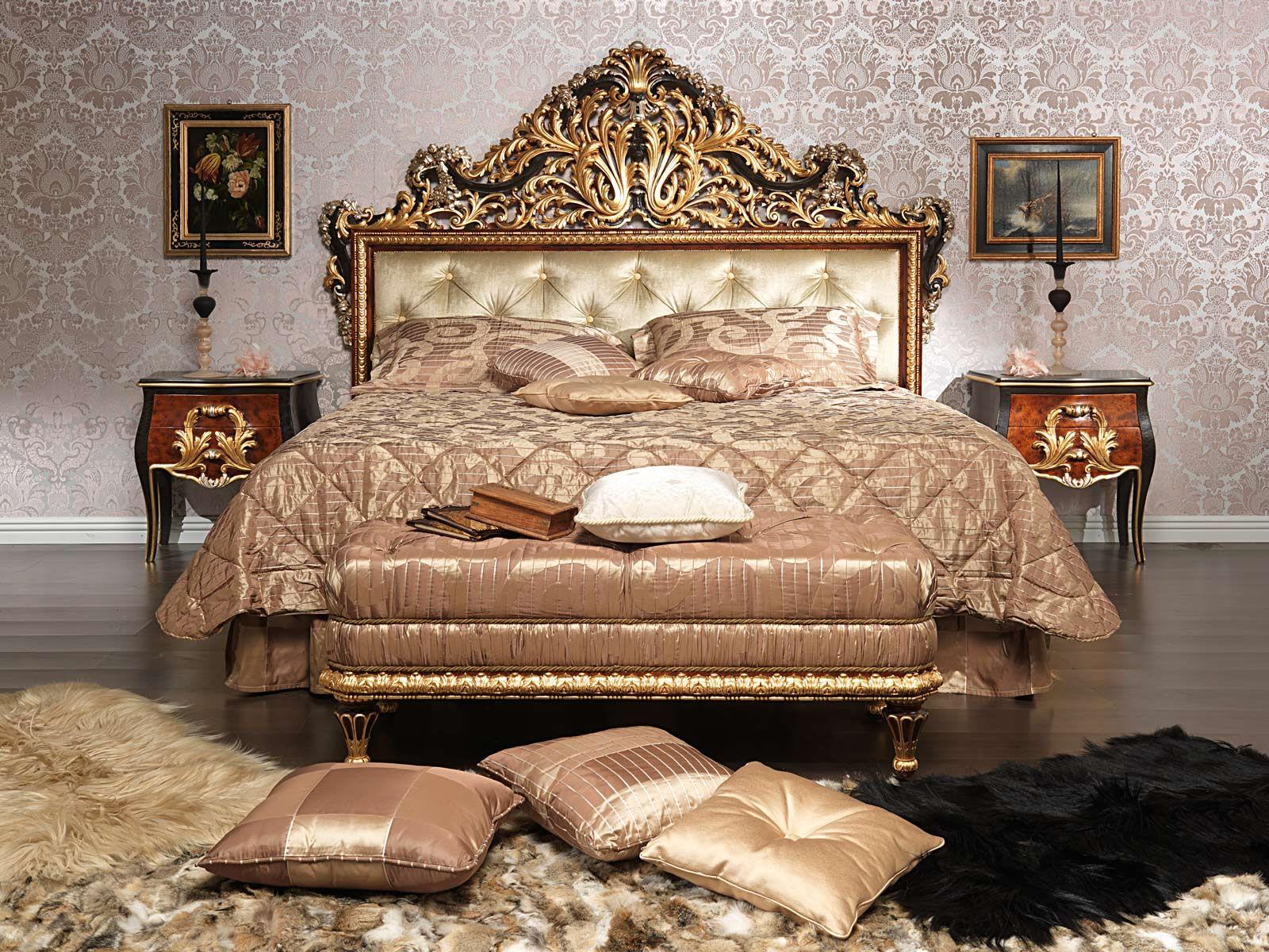 Для комнаты в стиле барокко выбирайте шелк и атлас с золотым узором, а также тяжелые меховые ковры