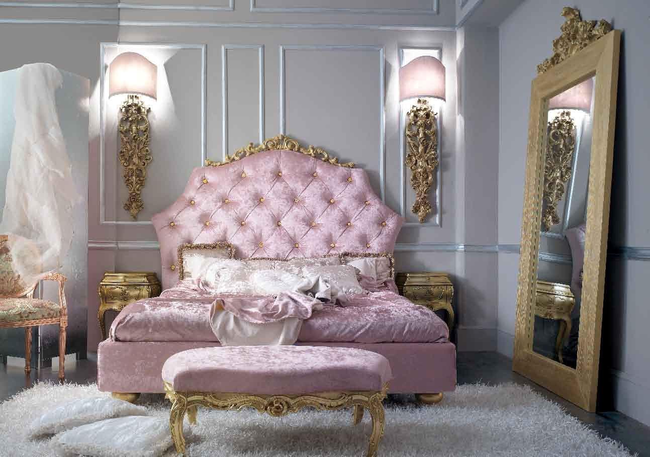 Массивное зеркало в полный рост - очень распространенный выбор для спальни в стиле барокко