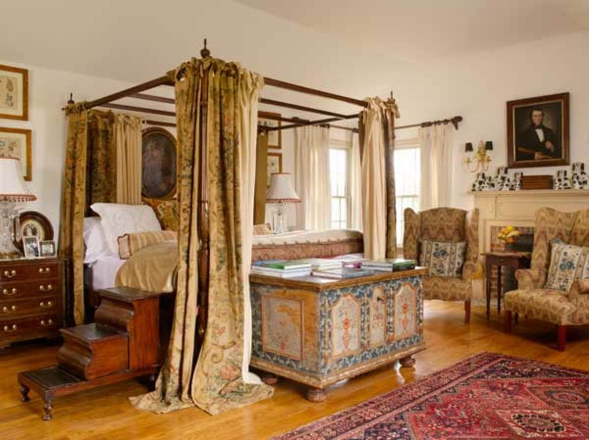 Часто над кроватью устанавливают полог: не только для красоты, но и для защиты от солнечных лучей