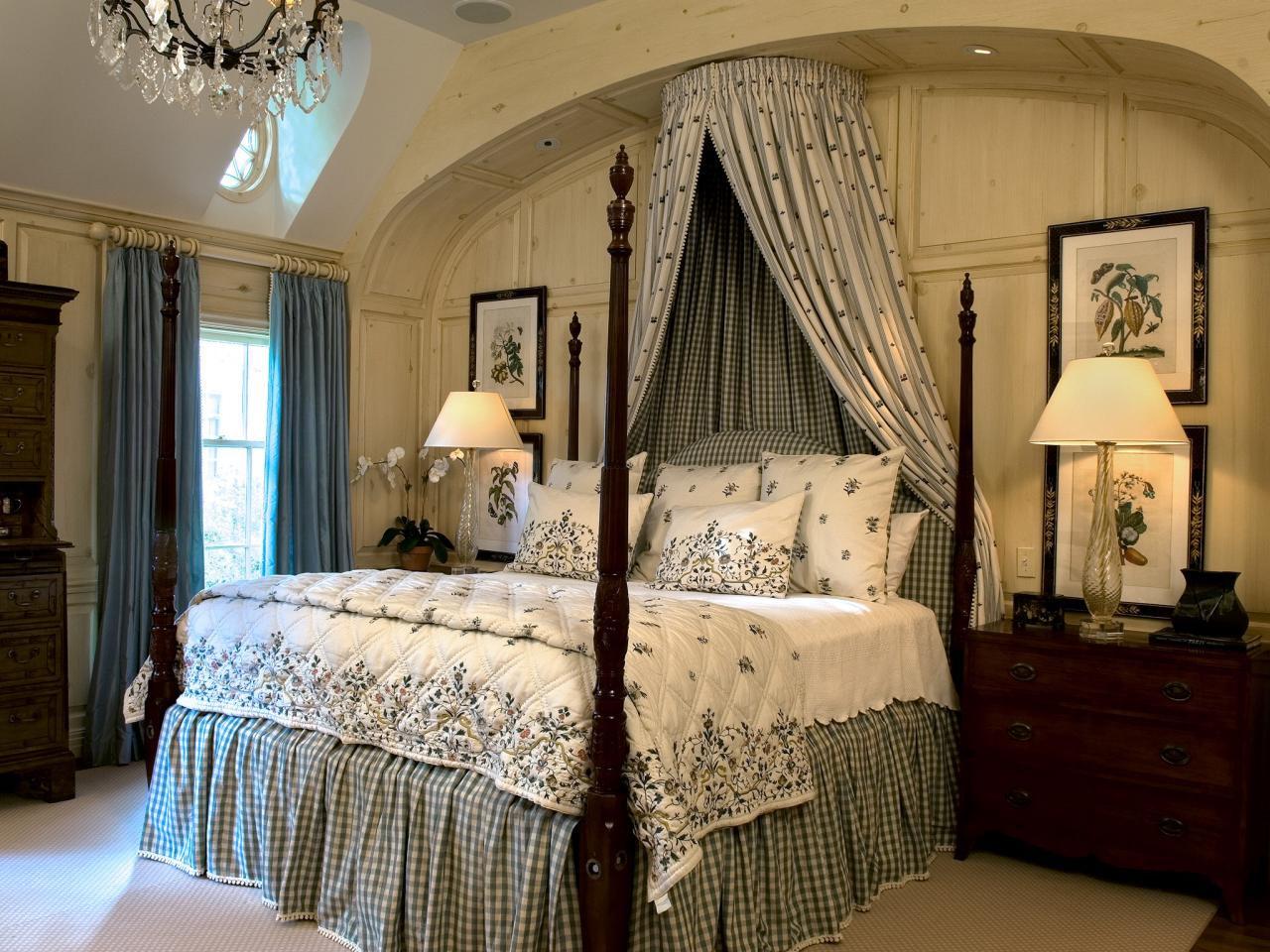 Превосходно впишется в интерьер постель на высоких перинах с обилием подушек и тканей с разным принтом