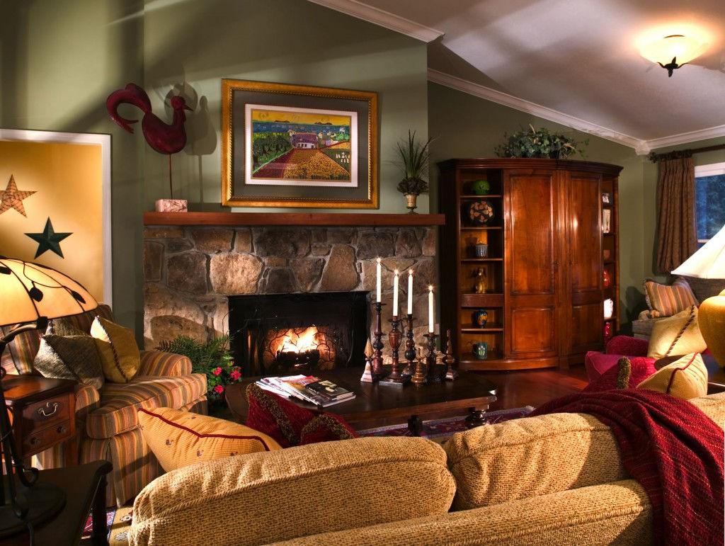 Камин - главный атрибут гостиной в стиле кантри