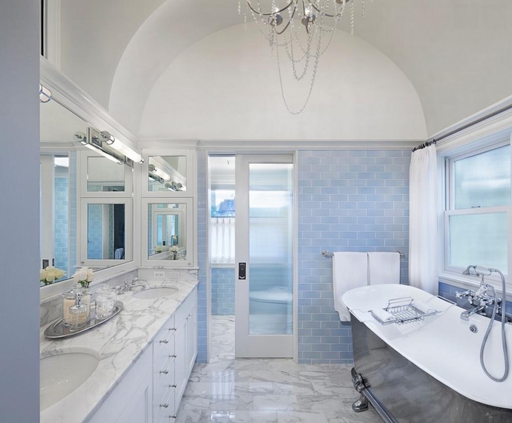 Светлая ванная комната в бело-голубых тонах