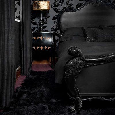 Чёрный интерьер в готическом стиле