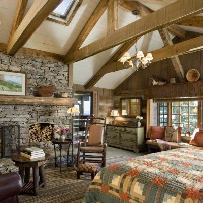 Большая спальня в деревенском стиле