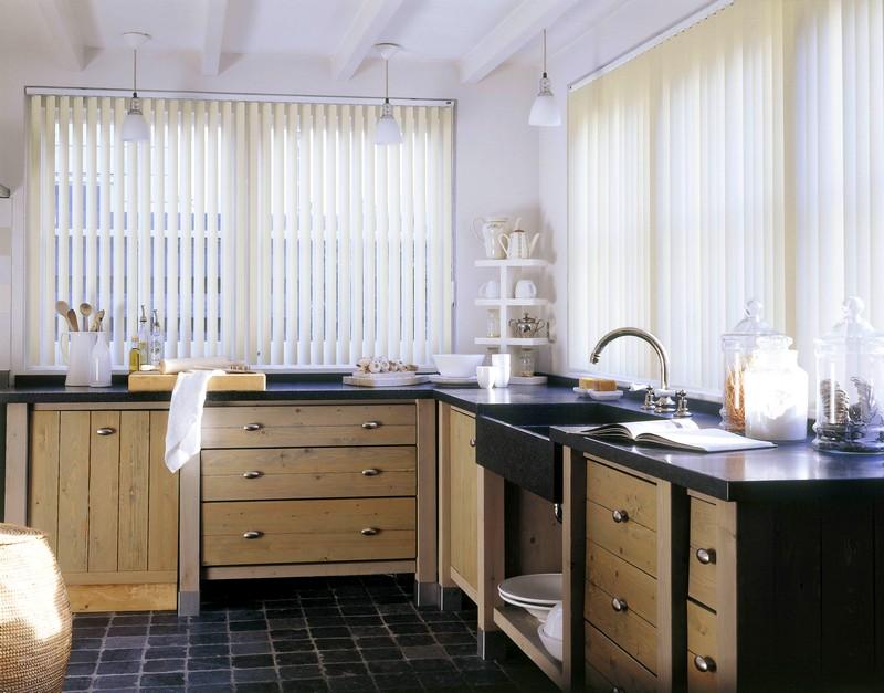 Светлые вертикальные жалюзи на кухне
