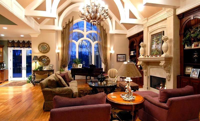декорации в интерьере классической гостиной