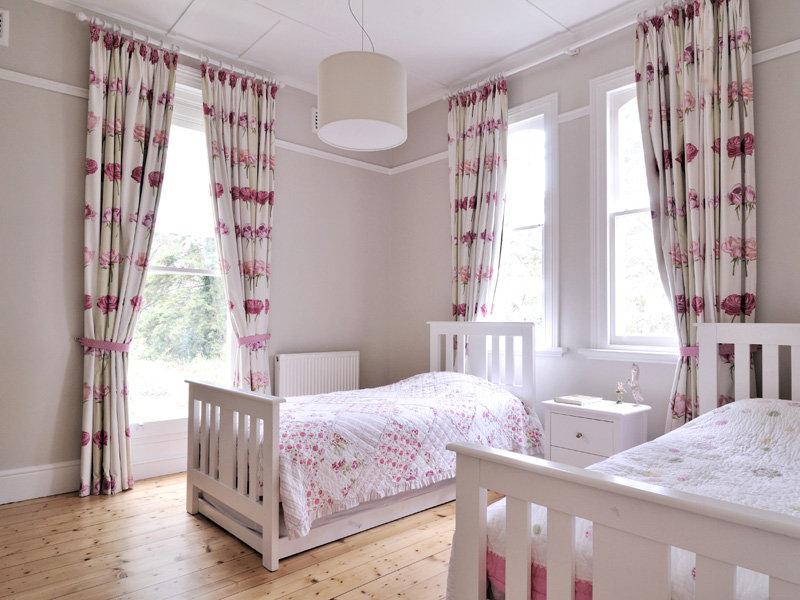 Если комната расчитана на двоих детей, то у каждого ребенка должна быть своя отдельностоящая кровать