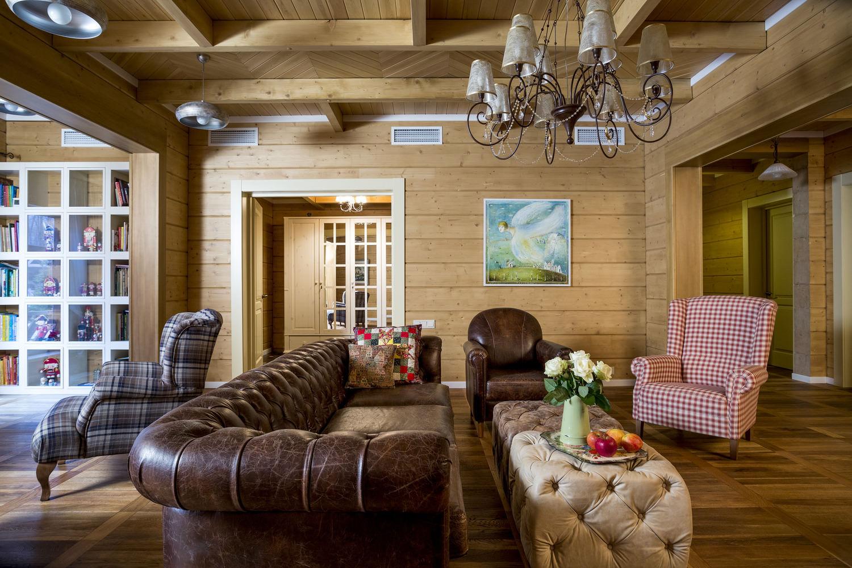 Гостиная кантри в деревянном доме из бруса