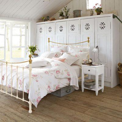 Светлая спальня в стиле кантри