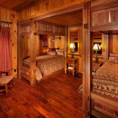 Спальня для двоих детей в деревенском стиле