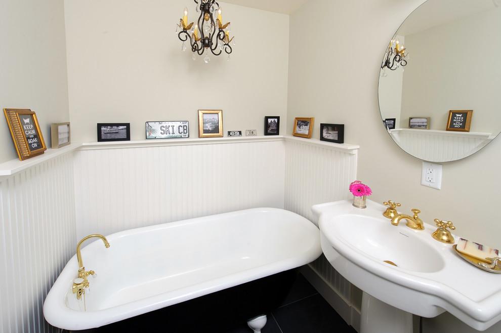 Винтажные фото в рамках на стене в ванной в стиле ретро
