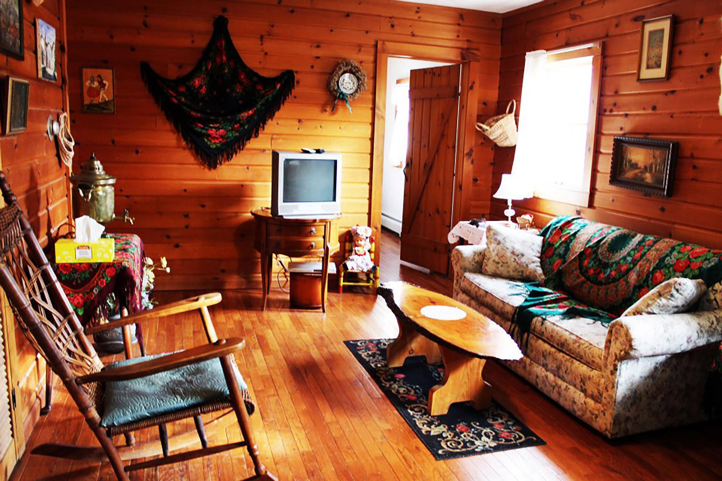 В гостиной в деревенком стиле часто можно увидеть декоративные предметы с национальном колоритом