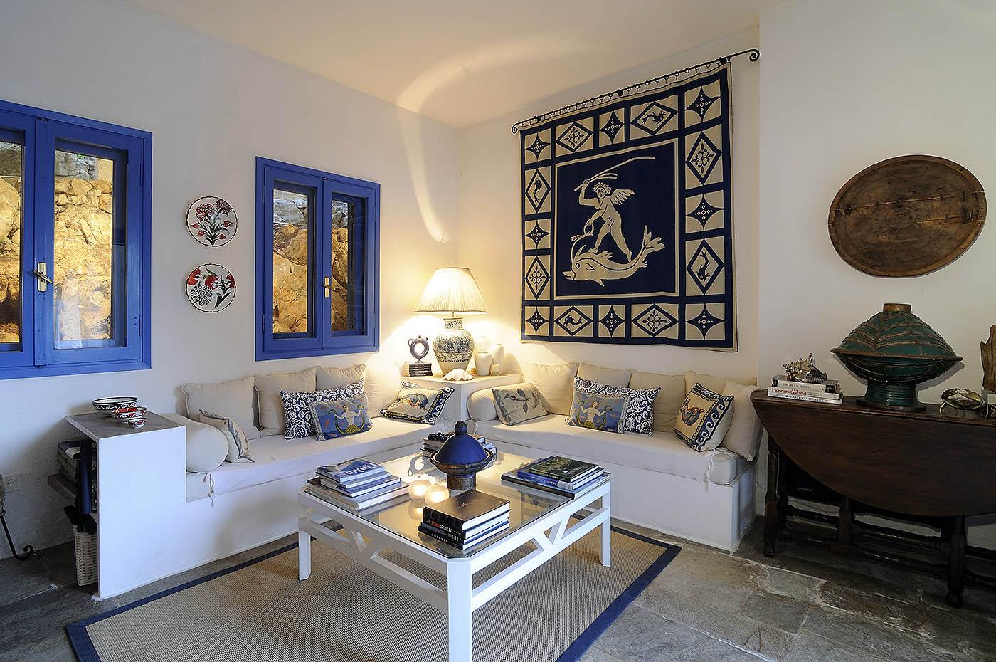Дополнить интерьер помогут тематические аксессуары, для греческого стиля это могут быть, например, декоротивные предметы с изображением сцен из мифов Древней Греции
