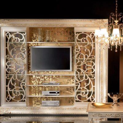 Богато украшенная гостиная стенкой
