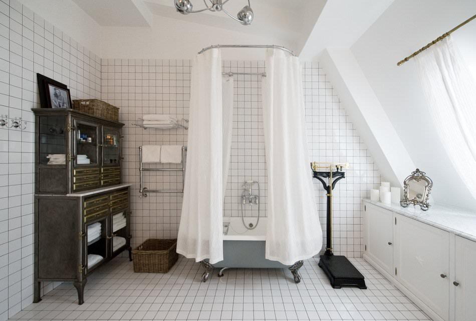 Винтажный комод для хранения ванных принадлежностей в ванной