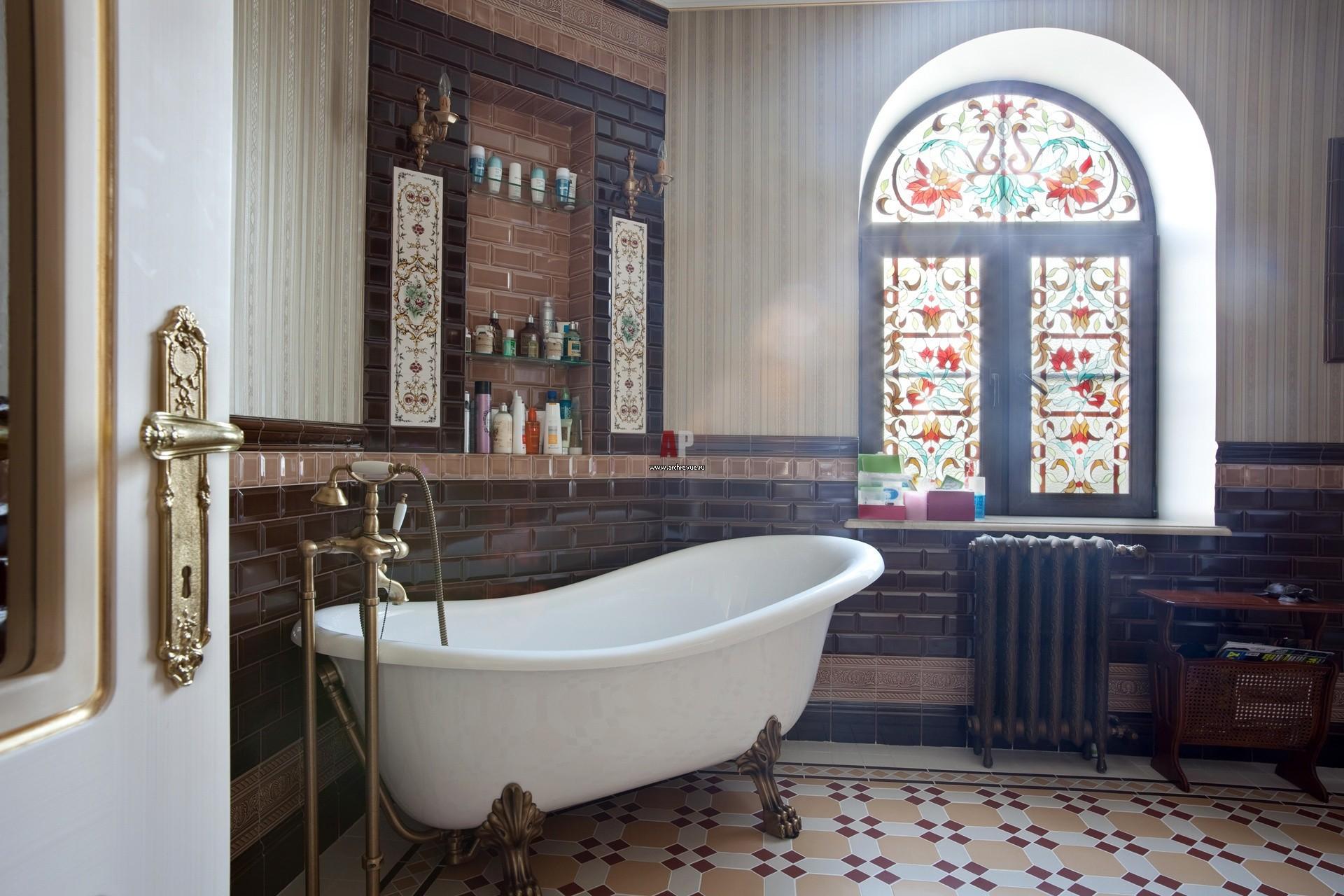 Витражи на окнах в викторианском стиле
