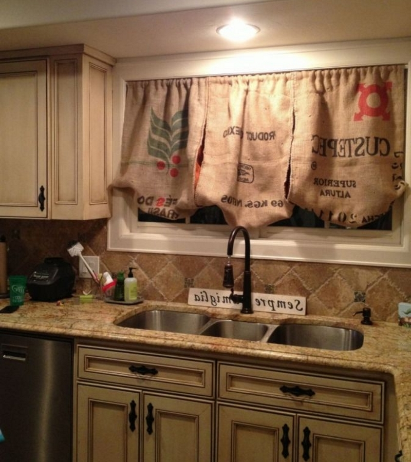 Шторы на кухне из мешковины с рисунком