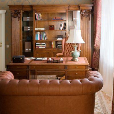 Кабинет в коричневых тонах в английском стиле