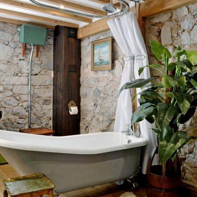 Каменные стены в ванной в викторианском стиле