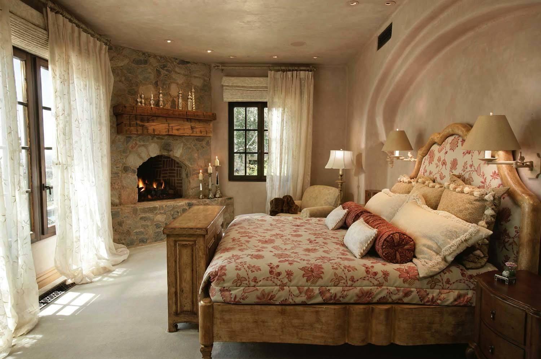 Спальня с камином в стиле английского кантри