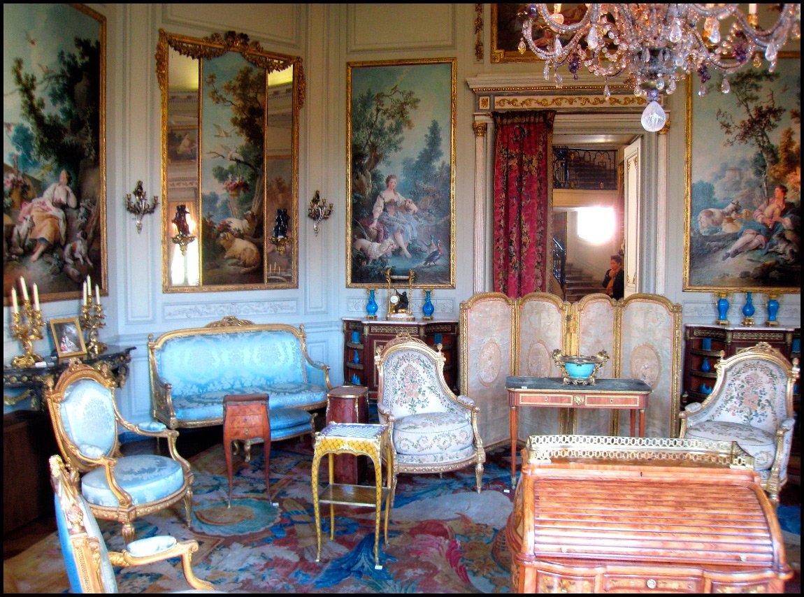 Картины и зеркала на стенах встиле ампир
