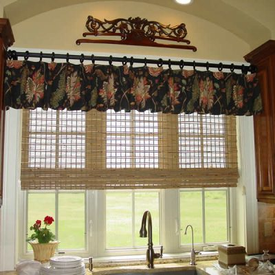 Сочетание штор на кухне в стиле кантри