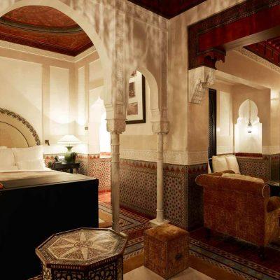 Колонны в спальне в восточном стиле