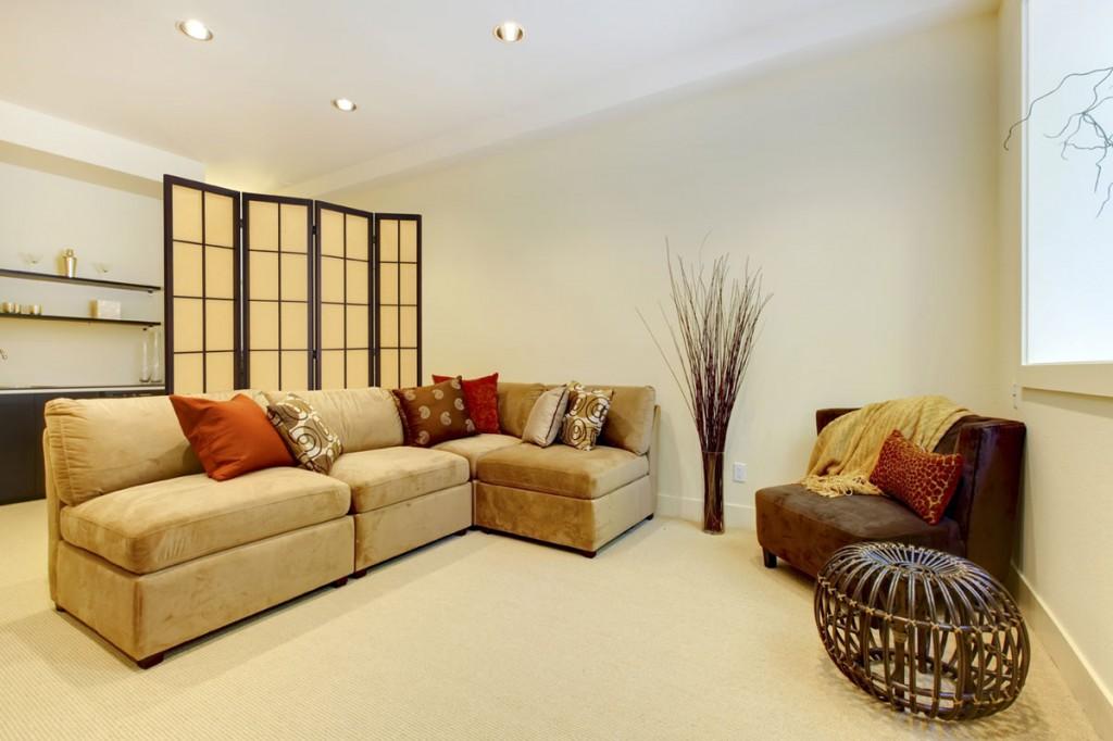В зависимости от интерьера, ширма может быть как богато украшенной, так и выглядеть весьма просто