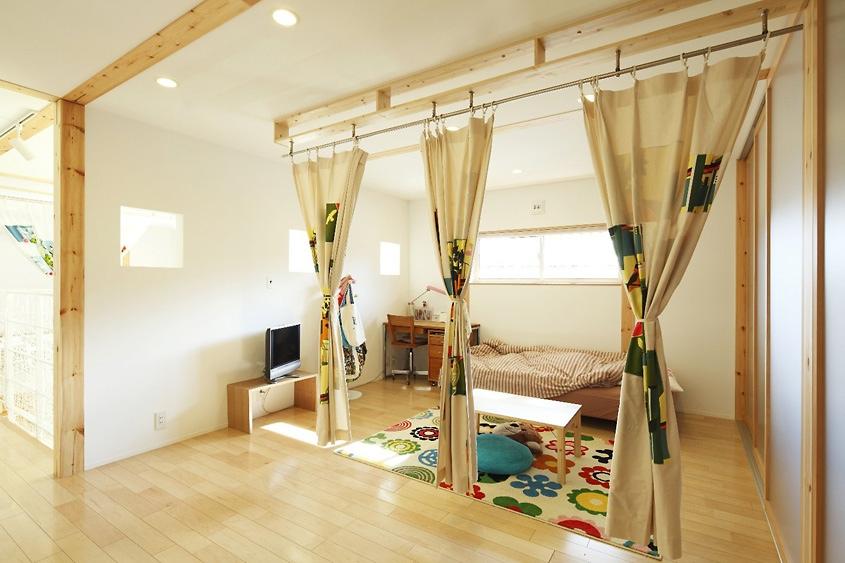 Если детская не является самостоятельной комнатой, то ее можно отделить при помощи штор