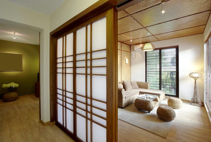 Любители натуральных материалов для оформления гостиной могут выбрать плетеную мебель