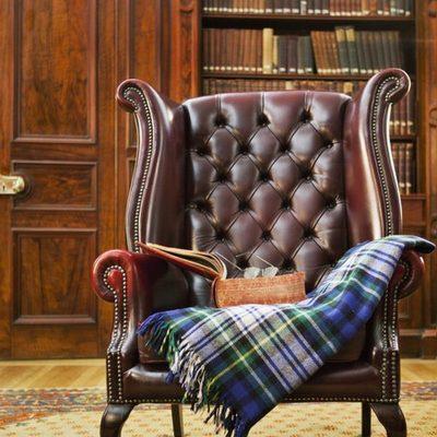 Кожаное кресло в кабинете в английском стиле
