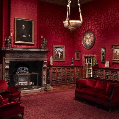 Готическая гостиная в красных оттенках