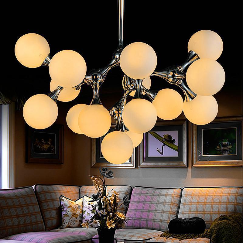 Люстра-молекула в гостиной в стиле модерн