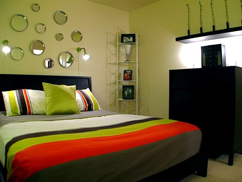 Маленькие зеркала в небольшой спальне
