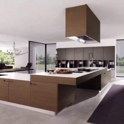 Кухня с высокой вытяжкой