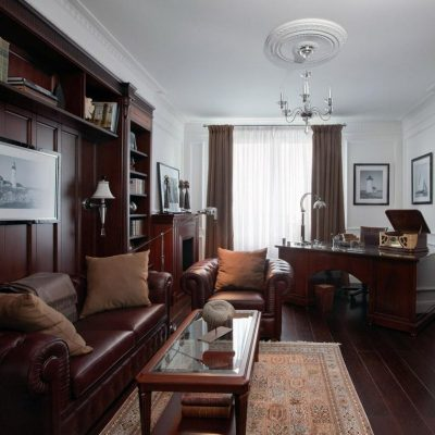 Мебель из темного дерева и белые стены в кабинете в английском стиле