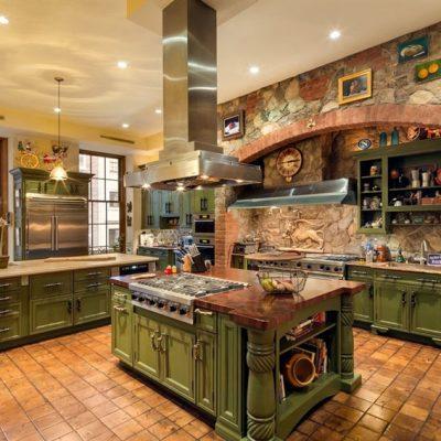 Кухня в средиземноморском стиле зеленого цвета