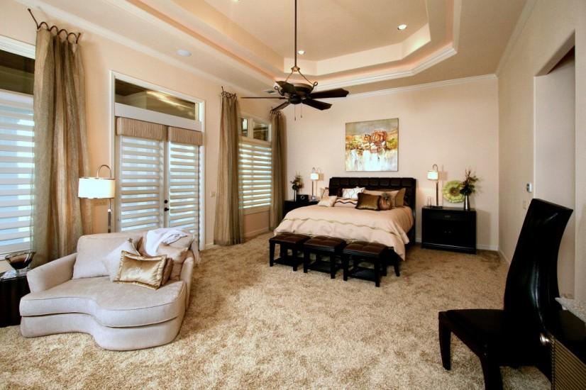В порсторной спальне уместно будет поставить комод, софу или банкетку