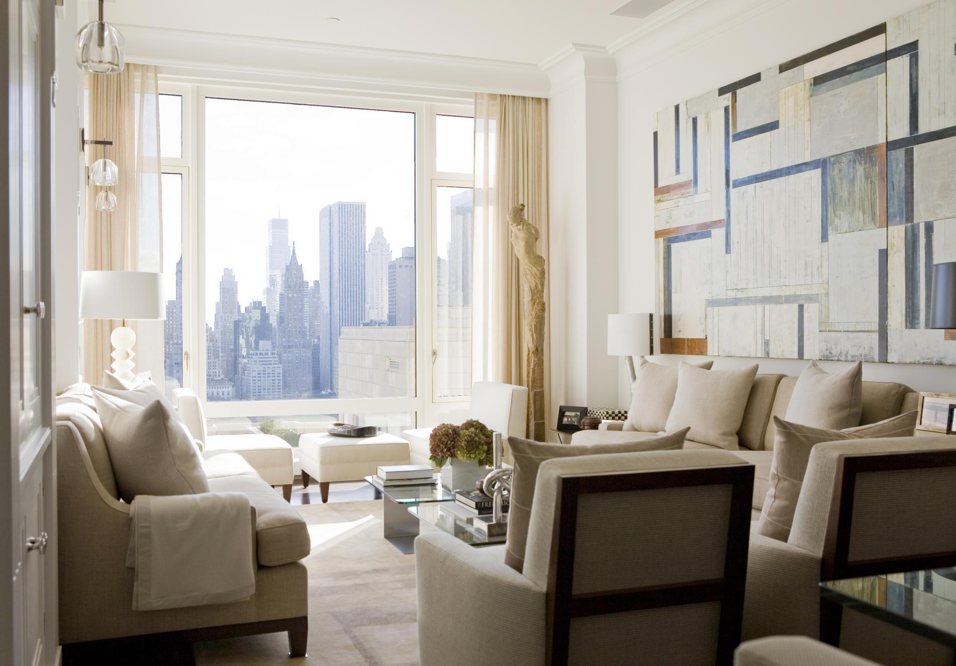 Небольшая гостиная с панорамным окном