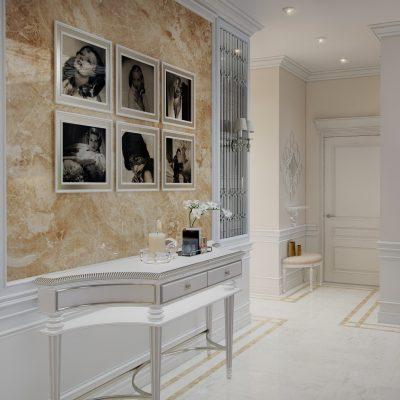 Мрамор на стене в неоклассическом коридоре