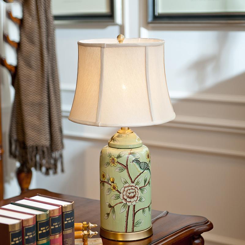 Настольная лампа в стиле модерн