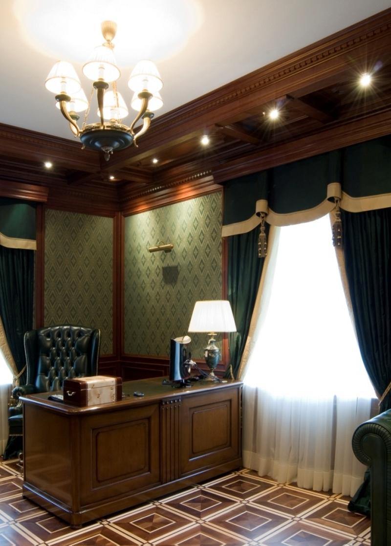 Настольная лампа в кабинете в английском стиле