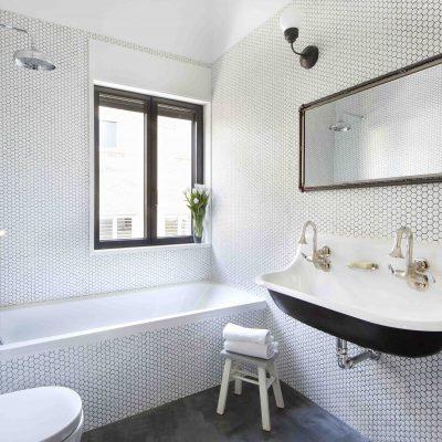 Небольшая ванная в стиле ретро