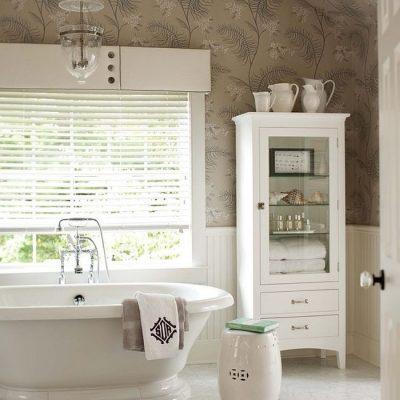 Обои с цветочным орнаментом в ванной в викторианском стиле